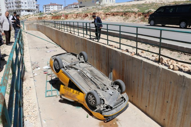 Taksi, Su Kanalına Devrildi: 4 Yaralı