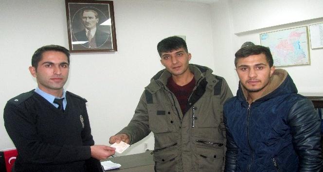 Gençler caddede buldukları parayı emniyete teslim etti