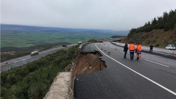 Aşırı yağış karayolunu çökertti