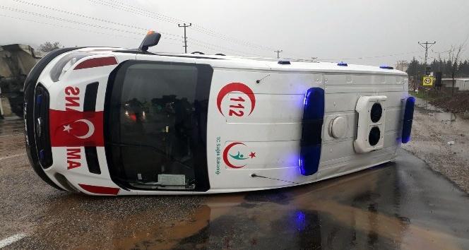 Ambulans vaka dönüşünde devrildi: 2 yaralı