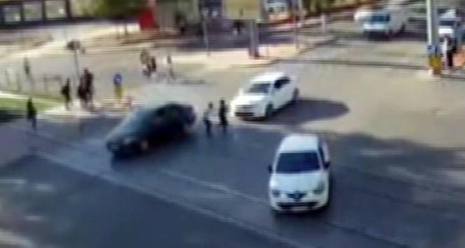 Yola tedbirsiz çıkan yayalara otomobil çarptı