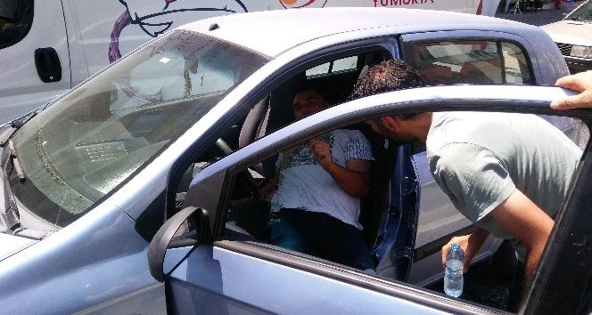 Alkollü sürücü otomobilini yolun ortasında park etti