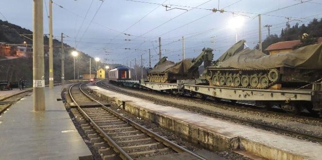 Sınıra trenle zırhlı araç sevkiyatı