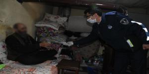 Şahinbey Belediyesi zabıta ekipleri, 7 bin aileye biner TL'lik yardımı evlerinde teslim ediyor.