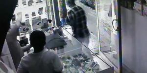 Hırsız telefonları kapıp kaçtı,