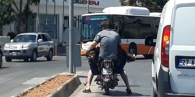 Gaziantep'te Kurbanlığı motosiklette taşıdılar