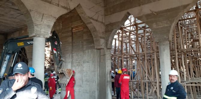 Cami inşaatı çöktü: Mühendis hâlâ enkaz altında