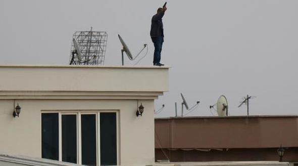 Çatıya çıkıp, tabancayla ateş açtı