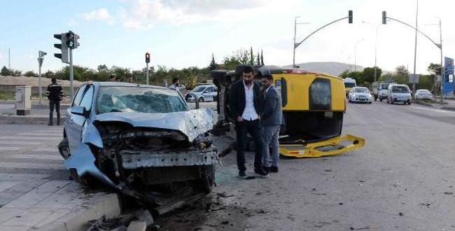 Otomobil İle Servis Minibüsü Çarpıştı: 14 Yaralı