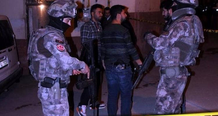 Gaziantep'te hareketli dakikalar: 2'si çocuk 4 kişiyi rehin aldı. PÖH'ler sevk edildi