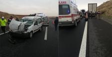 Şanlıurfa'da hafif ticari araç tıra çarptı: 4 yaralı
