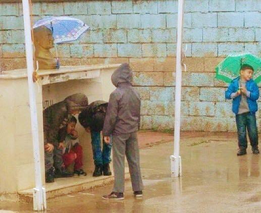 Minik Öğrenciler Atatürk Büstü Islanmasın Diye Şemsiye Tuttular